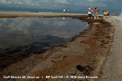 Attempt to clean up oil in Gulf Shores, AL